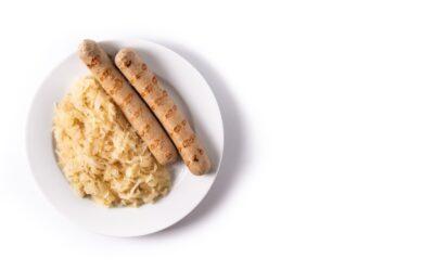 A comida alemã na mesa dos restaurantes de Pomerode